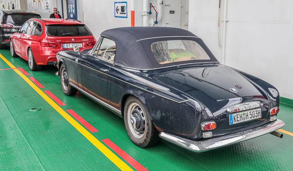 BMW 503 debuterte i 1955 - lenge før Hofmeister innførte sin karakterisiske knekk. Men er det ikke ein liten knekk på kromlista langs siden? En forløper?